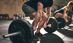 蓄力提杠鈴的健身人物攝影高清圖片