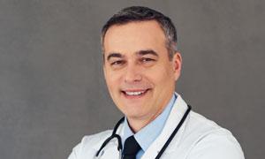 身穿白大褂的資深醫生攝影高清圖片