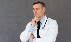 在思考的白衣醫生人物攝影高清圖片