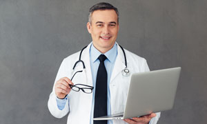 拿著筆記本電腦的醫生攝影高清圖片