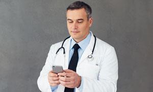 在查看手機的醫生人物攝影高清圖片