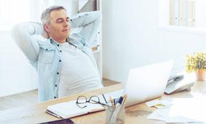 電腦前略微休息的男士攝影高清圖片