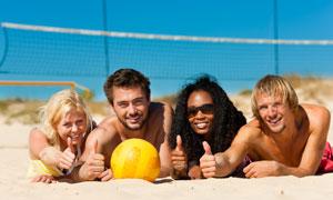沙排球場上趴著的男女攝影高清圖片
