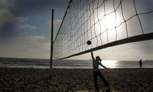 球網后的運動人物逆光攝影高清圖片
