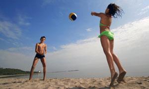 在沙灘上玩排球的兒童攝影高清圖片