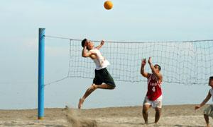 一起在打排球的男人們攝影高清圖片