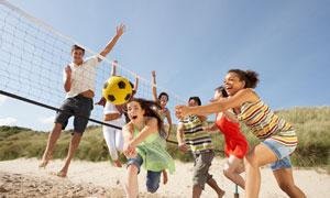 沙灘上的開心運動人群攝影高清圖片