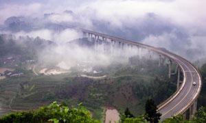 白云霧氣中的高架路橋攝影高清圖片