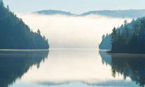 云雾缭绕湖光山色风景摄影高清图片