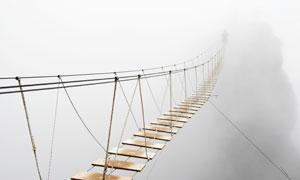 悬在半空中的吊桥风光摄影高清图片