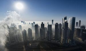 在蓝天下的城市建筑群摄影高清图片