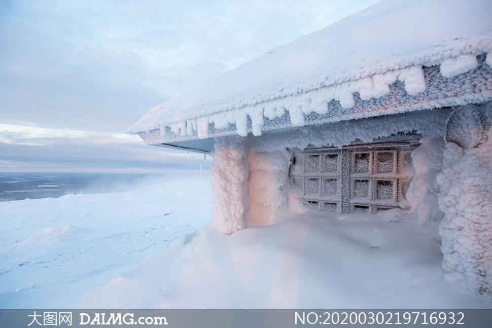 严寒地区冰雪覆盖下的房屋摄影图片