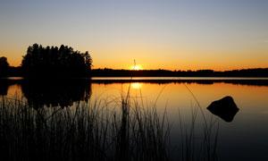夕阳晚霞湖畔树木风景摄影高清图片