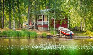 湖畔房子与一艘小木船摄影高清图片