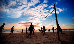 黃昏暮色中的沙排運動人物高清圖片