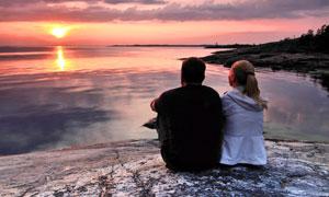 湖边看日落的情侣人物摄影高清图片