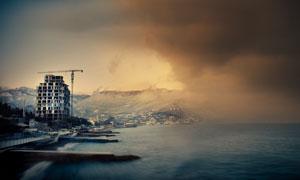 黑云压境海边建筑风光摄影高清图片