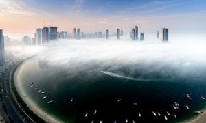云霧掩映中的城市建筑攝影高清圖片