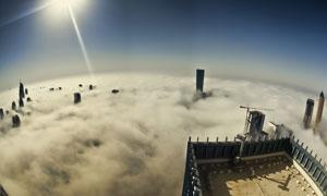 鸟瞰视角云雾中的城市建筑高清图片