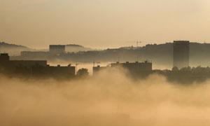 在霧中隱約可見的城市攝影高清圖片