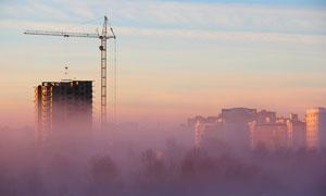 云彩樹木與建筑物塔吊攝影高清圖片
