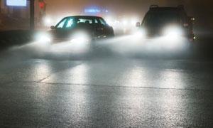 城市道路上行駛的汽車攝影高清圖片