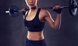 舉著杠鈴做力量訓練的美女高清圖片