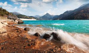 白云山峰与湍急的河流风光高清图片