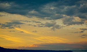 黄昏时分漫天乌云风景摄影高清图片