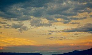 山峦与乌云密布的天空摄影高清图片