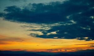黑云晚霞下的群山风景摄影高清图片