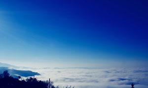 湛蓝天空云海山峦风光摄影高清图片