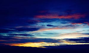 黄昏多云天空山峦剪影摄影高清图片