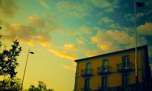 路灯房子与空中的云彩摄影高清图片