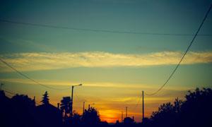 黄昏时树木与房子风光剪影高清图片