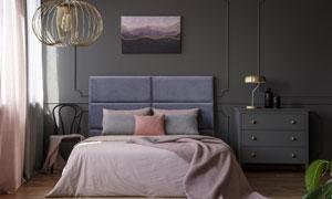 臥室房間雙人床與吊燈裝飾高清圖片