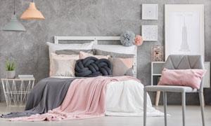 臥室房間裝飾畫與雙人床等攝影圖片