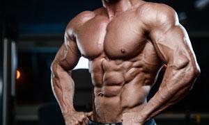 雙手叉著腰的健身男人攝影高清圖片