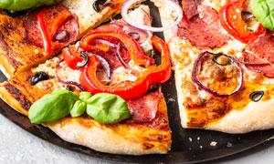 铁盘上的美味披萨特写摄影高清图片