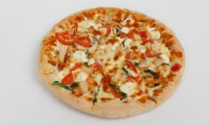 一块还没切开的比萨饼摄影高清图片
