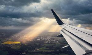 天空烏云中的飛機機翼攝影高清圖片