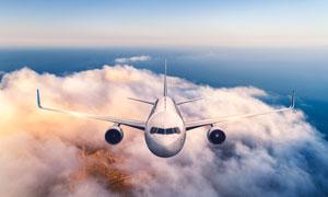 萬米高空上飛行的飛機攝影高清圖片