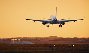 就快要抵達機場跑道的飛機高清圖片