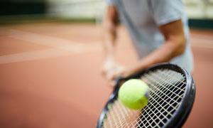 網球場上運動人物擊球瞬間攝影圖片
