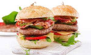 托盘上荤素搭配的汉堡摄影高清图片