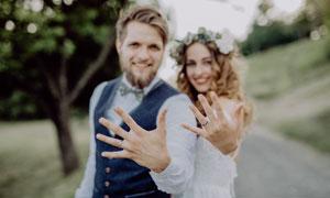 都戴了戒指的情侶人物攝影高清圖片