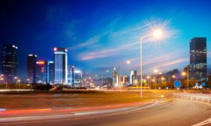 路灯通明的城市建筑群风光高清图片