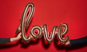 在情侣人物手中的充气气球高清图片