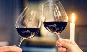 情人节情侣间烛光晚餐举杯时刻图片