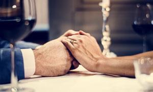 紧握着对方双手的情侣摄影高清图片